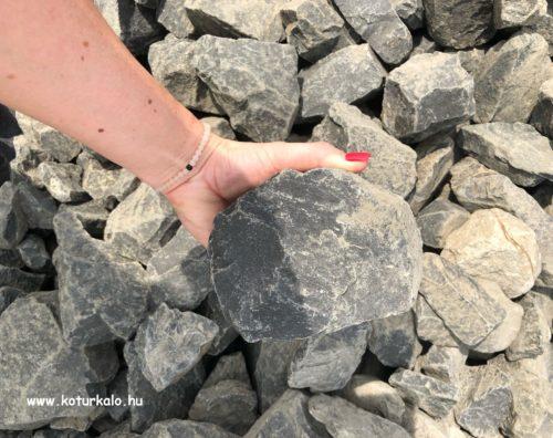 Gyerek fej nagyságú sötét barna bazalt zúzott kő