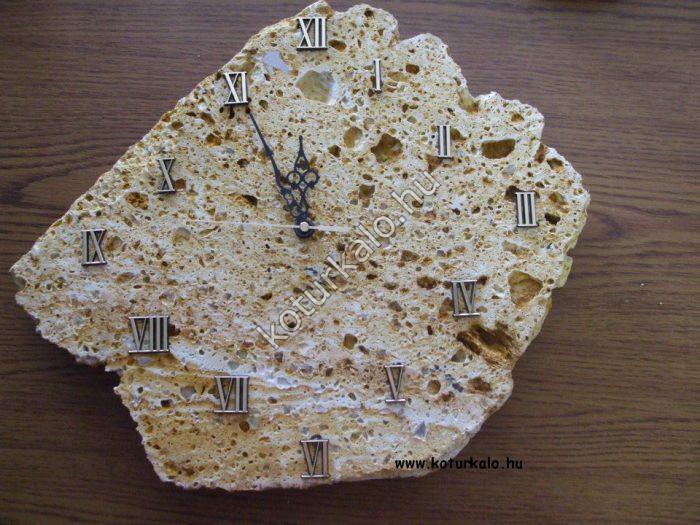 Sárga tufa szikla óra római számokkal