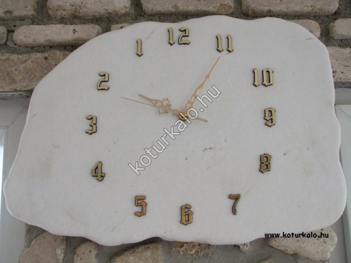 Hófehér thassos lapból készült aranyszínű számokkal ellátott óra